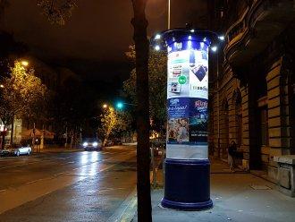 Koronavilágítású hirdetőoszlop
